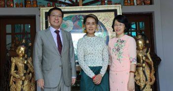 တရုတ်သံအမတ်ဟုန်လျန် မြန်မာနိုင်ငံမှ ပြန်လည်မထွက်ခွာမီ ဒေါ်အောင်ဆန်းစုကြည်၏ နေအိမ်သို့ သွားရောက်နှုတ်ဆက်စဉ်။ (Photo - Chinese Embassy in Myanmar)