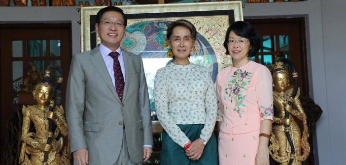 တ႐ုတ္သံအမတ္ဟုန္လ်န္ ျမန္မာႏိုင္ငံမွ ျပန္လည္မထြက္ခြာမီ ေဒၚေအာင္ဆန္းစုၾကည္၏ ေနအိမ္သို႔ သြားေရာက္ႏႈတ္ဆက္စဥ္။ (Photo - Chinese Embassy in Myanmar)